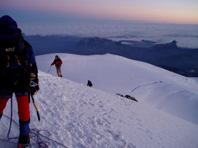 Lever du jour sur l'arrête des bosses - voie normale du Mont Blanc