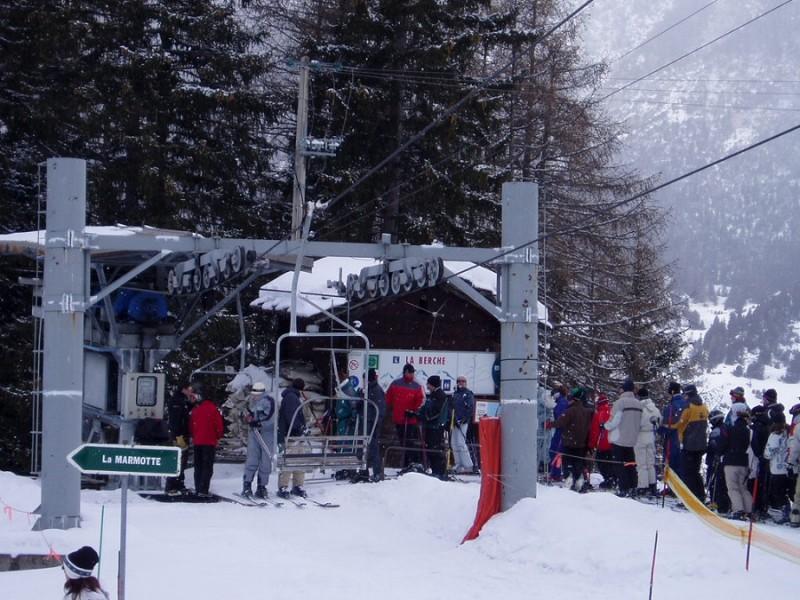 L'attente devant la gare de départ de l'ancien télésiège de la Berche (© www.ski-valcenis.net).jpg